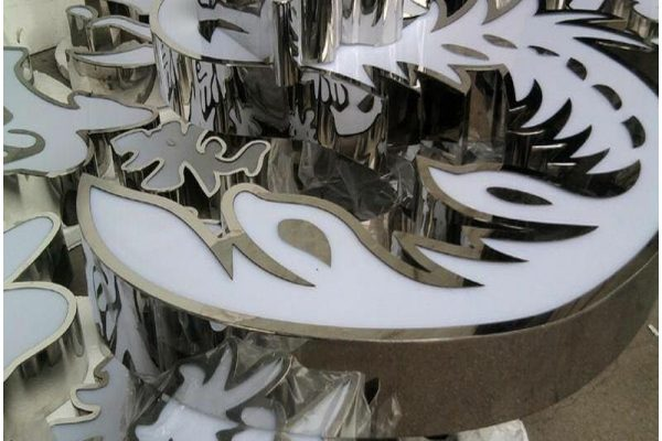 Cắt inox bằng máy Nhật Laser Filber, chữ inox trắng gương 304 được gia công sắc xảo