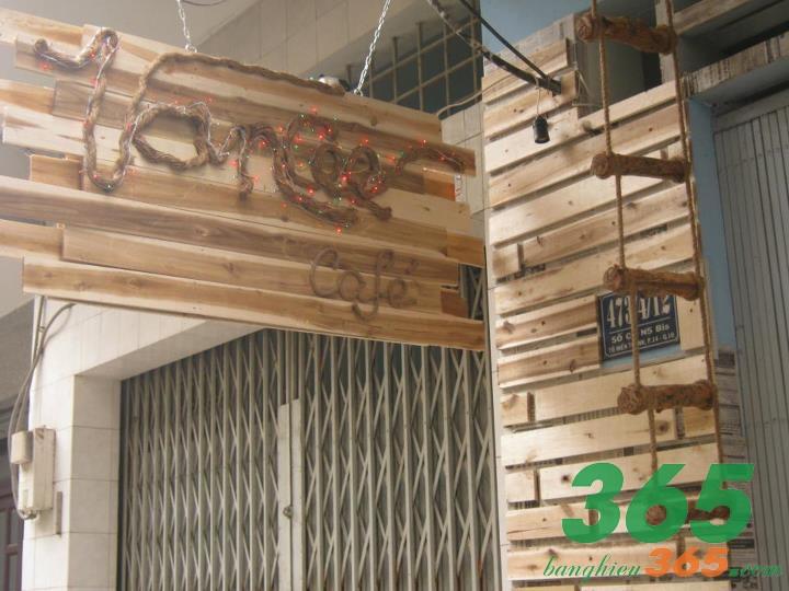 Sự kết hợp giữa gỗ và dây dù, đèn led đã tạo nên một tấm bảng hiệu quán cafe phá cách