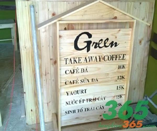 Đơn giản với nền gỗ in mực đen, bảng quảng cáo quán cafe mang cho khách hàng cảm giác thân thiện