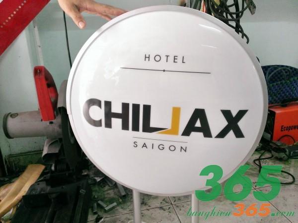 Bảng hiệu hộp đèn hút nổi của một khách sạn