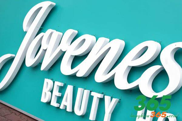 Chữ nổi mica cũng góp phần tạo nên sự thẩm mỹ và cá tính cho cửa hàng của bạn
