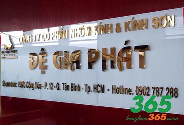 Alu gương trắng kết hợp chữ inox dùng cho bảng hiệu bên trong văn phòng