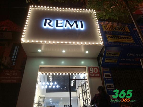 Shop quần áo sử dụng LED âm đầy sáng tạo
